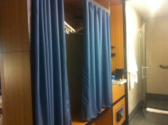 Aloft Arundel Mills: bathroom/closet
