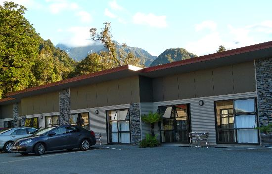 58 On Cron Motel: Hotel with mountain backdrop
