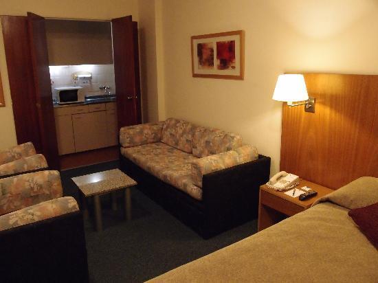 Aspen Suites Hotel: キッチンユニットは,扉の奥に隠れています.