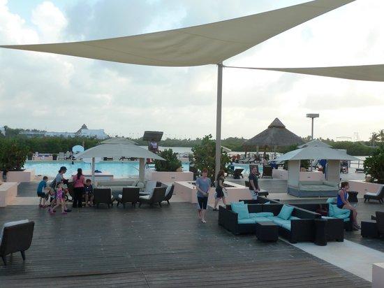 Club Med Cancun Yucatan: Outdoor common area facing beach