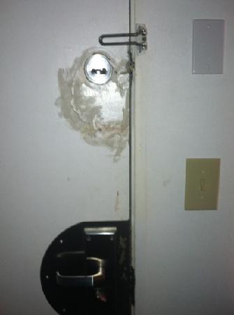 Seatac Inn: broken door lock
