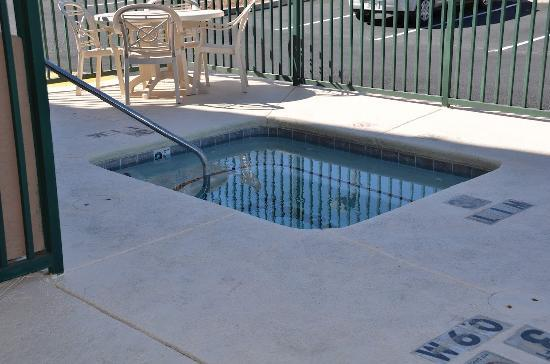 Comfort Inn & Suites: Outdoor Spa with Sundeck