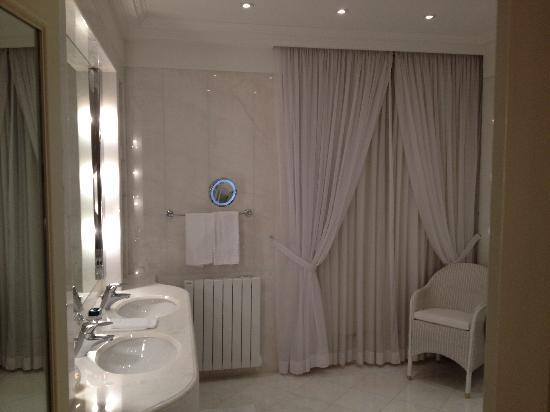 Le Bristol Paris: bathroom suite new wing Bristol