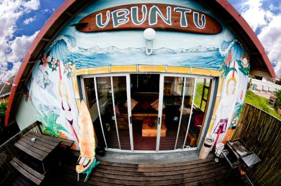 Ubuntu Backpackers: upstairs deck with back to the view