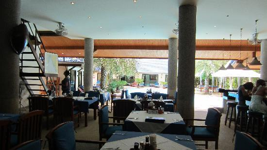 Blue Garden Resort & Spa : Restaurant looking out at the pool