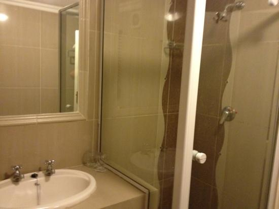 The Villas Luxury Suite Hotel: separate shower from the tub