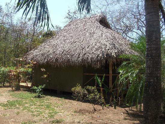 Sol y Luna Lodge: Un de ces petits pavillons typiques, très agréable, de l'ombre si on en veut, des hamacs, etc.