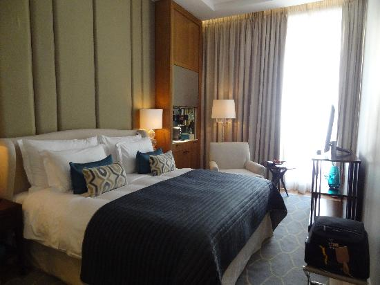 Corinthia Hotel London: Standard Room with Queen bed but tiny window