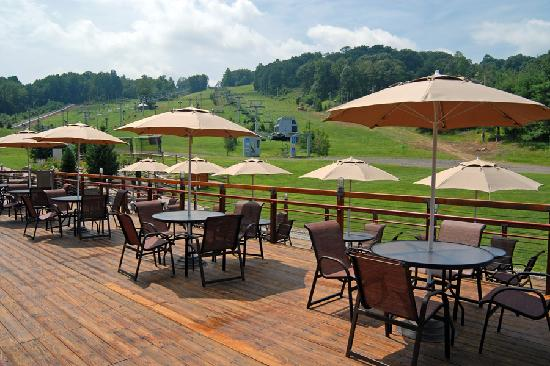 Bear Creek Mountain Resort: Lodge Deck Area
