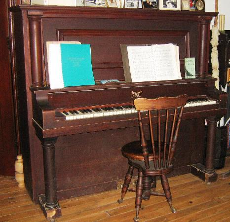 Bellevue Cottage B&B : Antique Piano