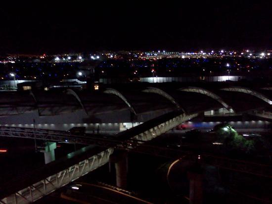 Camino Real Aeropuerto: Vista del aeropuerto desde la habitación