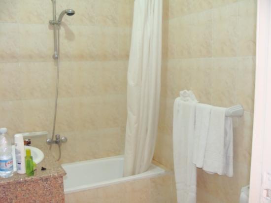 Nubanile Hotel : bagno rifornito di shampoo, saponetta ecc.