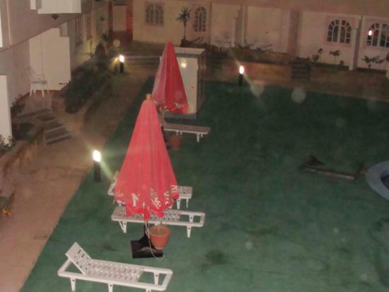 Nubanile Hotel : ombrelloni nel giardino della piscina