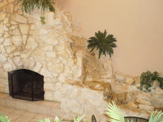 Harvest Inn Motel: Lovely fireplace in the lobby
