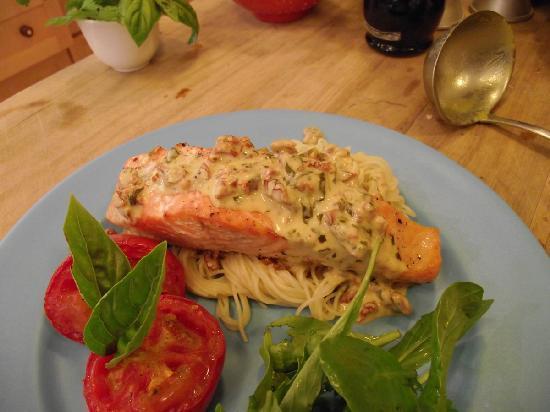Kamahi Cottage: Salmon & pasta with tomato & basil cream sauce - dinner option at Kamahi Cottage