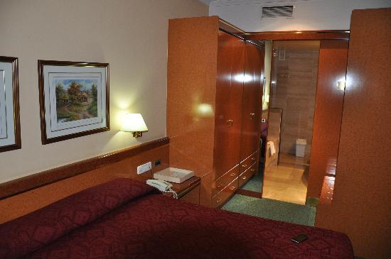 Acacia Suite: La chambre et la salle de bains au fond