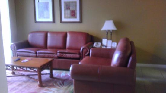 Westgate Towers Resort: Comfy Sofas, uncomfortable sofa bed :(