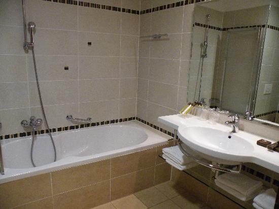 Perla, Casino & Hotel: Bagno con vasca
