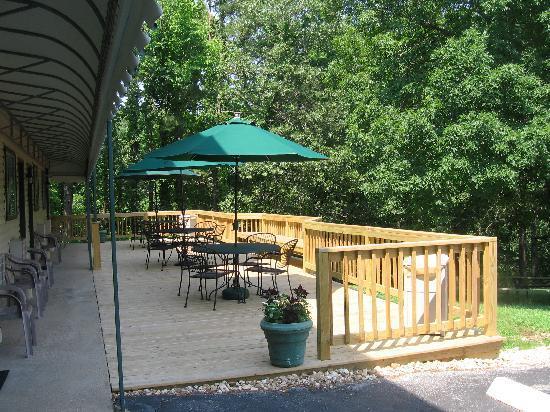 Edelweiss Inn: Back deck area