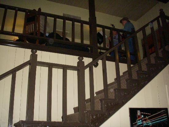 Stage Stop Inn: Stairway to upper lounge area
