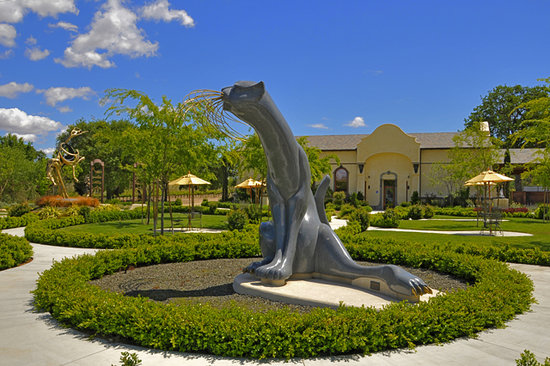 Paso Robles, Californien: Enjoy our world class sculpture garden with magnificent granite and bronze sculptures.
