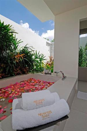 Princess D'An Nam Resort & Spa: Princess Villa outdoor bath tub