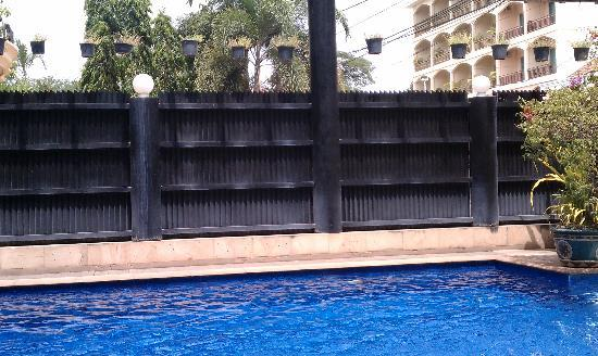 Royal Crown Hotel: High fence around the pool blocks the street and parking lot noise; makes it very peaceful.