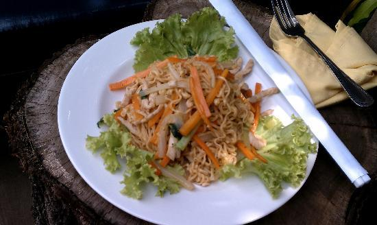 Royal Crown Hotel: Fried noodles with pork for lunch by the pool.
