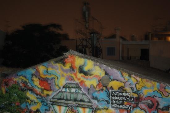 Hotel Dioskouros: Grafiti en una de las fachadas interiores del patio, tiene guasa.