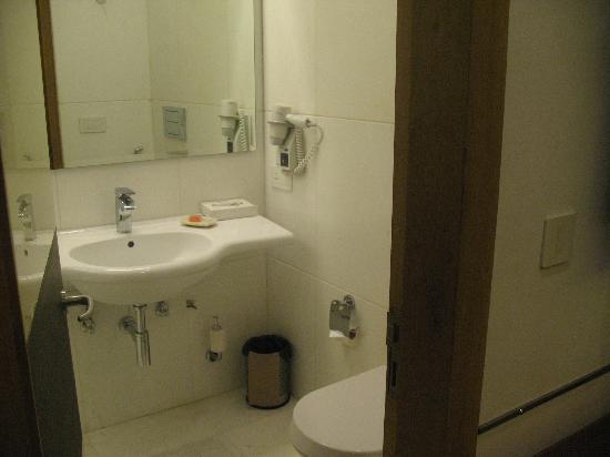 Iris Park Hotel: Parte del baño.  Moderno y amplio