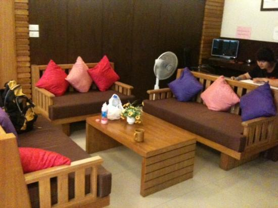 Banana Leaf Hotel & Serviced Apartment: Comfy chairs at the lobby
