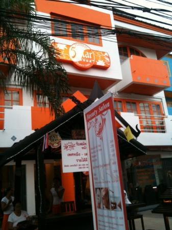 Banana Leaf Hotel & Serviced Apartment: Not easy to spot. Best to find 5 Stars Massage and Spa (white and orange building along the main