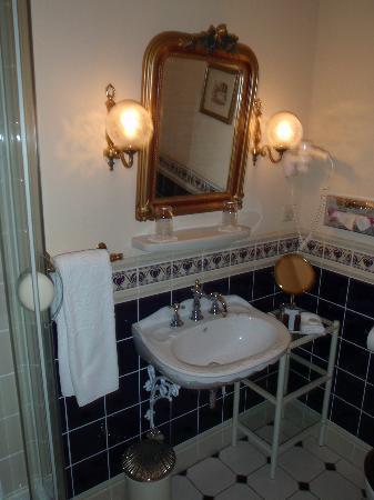 هوتل بيل إبوك بادن بادن: Bathroom