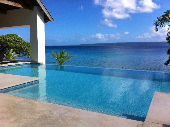 Villa 25: Infinity pool - right outside the villa!