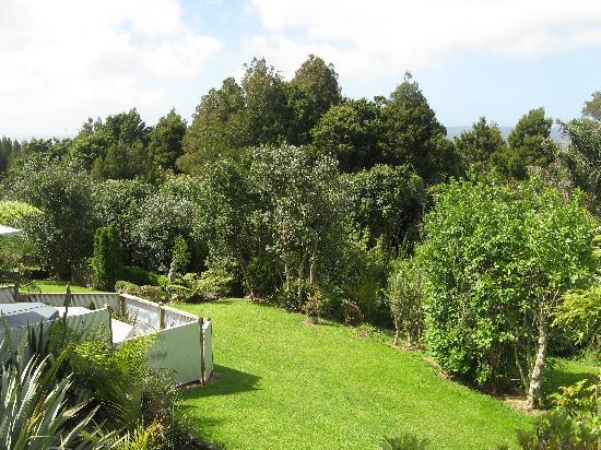 Waipoua Lodge: The garden jacuzzi has a wonderful view