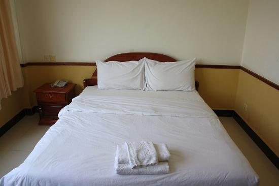 Holiday Hotel: Hotel Holiday Battambang bed