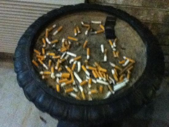 Super 8 Big Rapids: 3 guests and this is the ashtray at the hotel entrance...