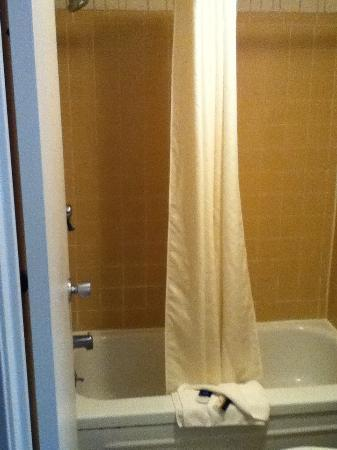 Red Roof Inn: Spic and span bathroom