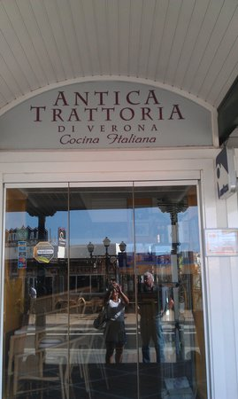Antica Trattoria di Verona: entrance to restaurant
