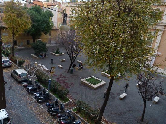 Trianon Borgo Pio Residence: Vistas a la plaza desde apartamento A9