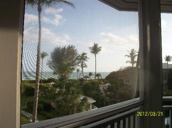 Sanibel Cottages Resort: Gulf view from the screened in porch