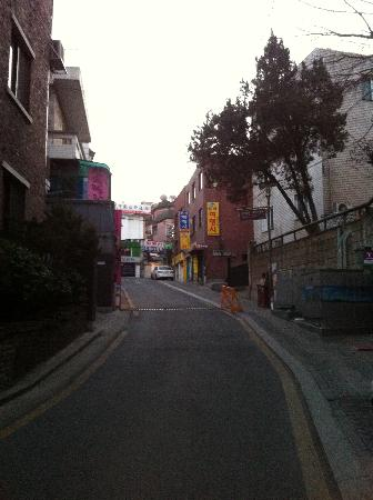 Namsan Guesthouse 2: Watch out for this uphill climb to Namsan 1