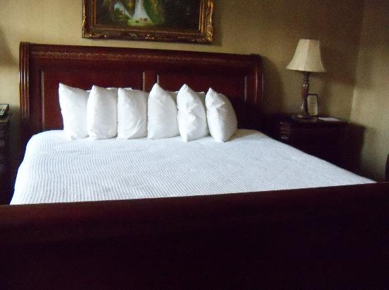 Carnegie Hotel: King Size Room...don't you hear the bed calling your name
