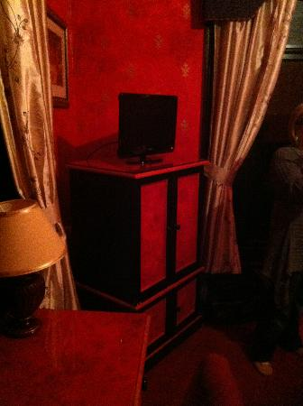 Staincliffe Hotel: Cheap furniture painted red and black - badly
