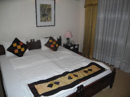 Hong Ngoc Hotel : Our room (soft bed on right side)