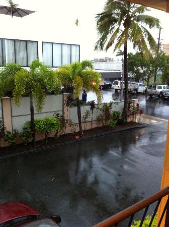 International Lodge Motel: IL carpark and street view
