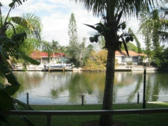 Beach Road Villas: View of canal from lanai