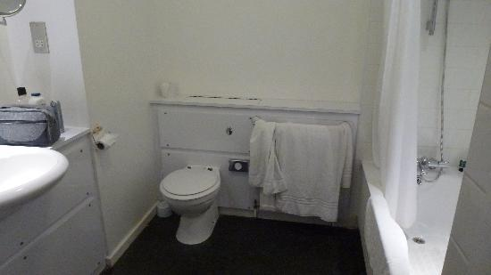 Fieldhead Hotel: Bathroom