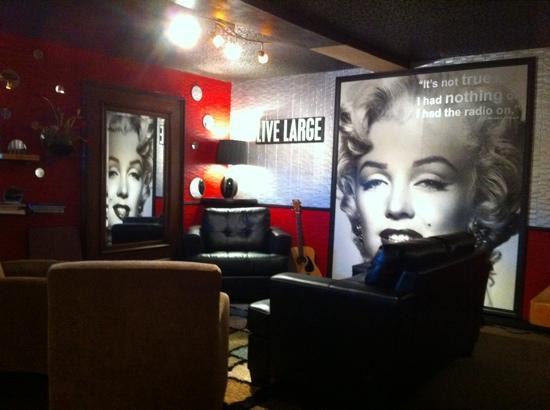 T Paul's Urban Cafe: Fun decor