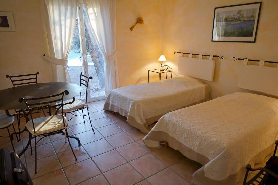 Le Clos des Cigales : 2nd room of bungalow with table